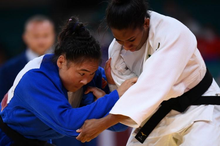 Ketleyn Quadros (de branco) na rodada de eliminação de -63kg feminino do judô durante os Jogos Olímpicos de Tóquio 2020  (Foto: Franck FIFE / AFP)