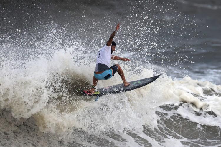 Ítalo conquistou a primeira medalha de ouro na história do surfe olímpico.  (Foto: AFP)