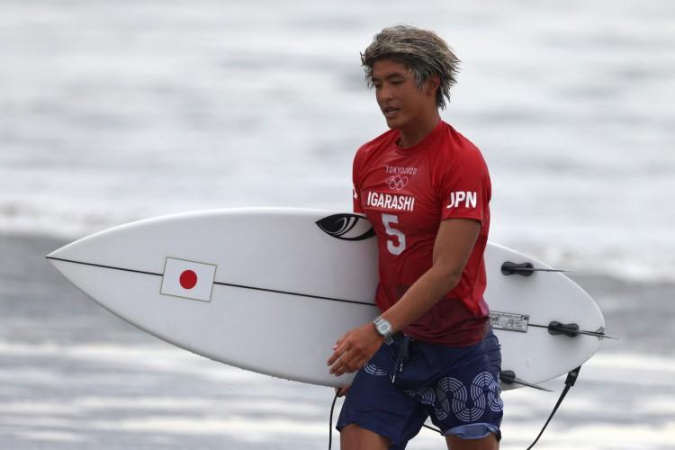 O japonês Kanoa Igarashi saindo do mar logo após ser derrotado pelo brasileiro Ítalos Ferreira na final do surfe masculino nos Jogos Olímpicos de Tóquio 2020 (Foto: Yuki IWAMURA / AFP)