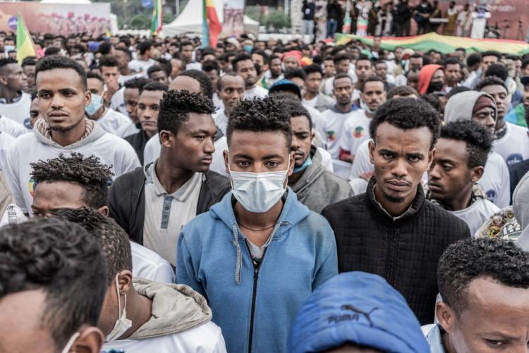 Militares recém-recrutados se reúnem durante uma cerimônia de despedida de novos recrutas que ingressam na força militar etíope em Tigray (Foto: Amanuel Sileshi / AFP)