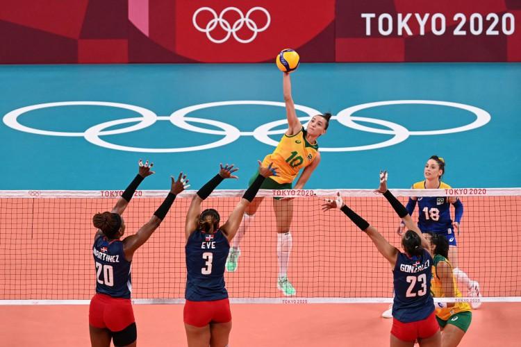 Confira fotos do jogo do Time Brasil de vôlei feminino contra a República Dominicana na Arena Ariake nas Olímpiadas de Tóquio 2020 (Foto:  ANGELA WEISS / AFP)