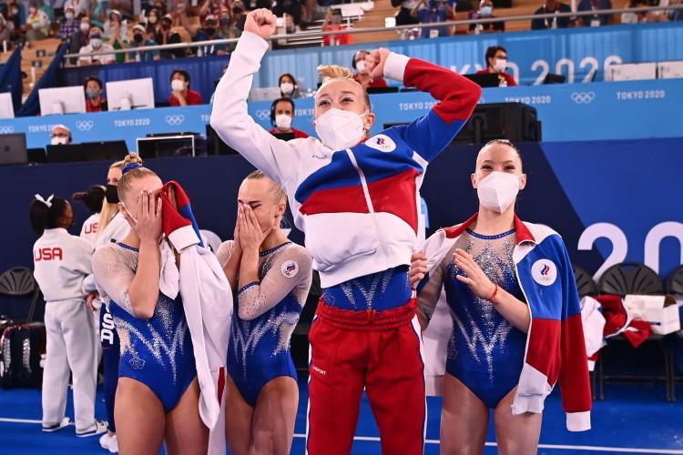 Russas comemoram depois de vencer a final da equipe feminina de ginástica artística durante os Jogos Olímpicos de Tóquio 2020 no Centro de Ginástica Ariake em Tóquio  (Foto: Loic VENANCE / AFP)