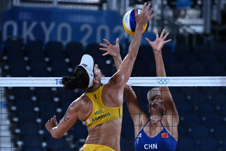 Chinesas vencem Agatha e Duda no vôlei de praia feminino em Tóquio 2020  (Foto: YURI CORTEZ / AFP)
