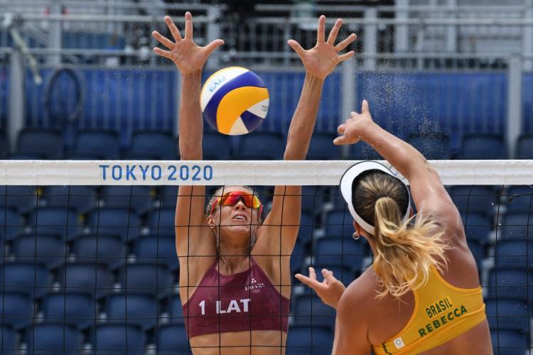 A cearense Rebecca, juntamente com sua dupla, Ana Patrícia, entraram em quadra pela segunda vez pelo vôlei de praia nas Olimpíadas de Tóquio (Yuri Cortez / AFP) (Foto: Yuri Cortez/AFP)