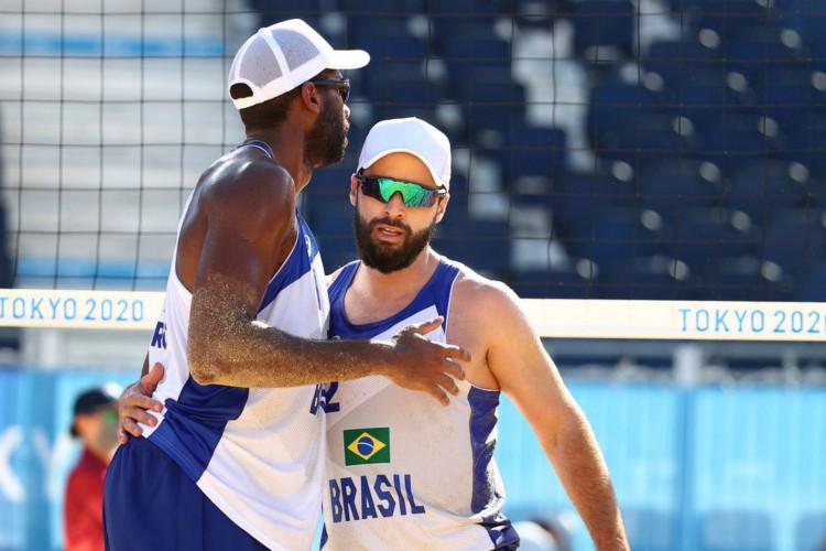 Olimpíada: Evandro e Bruno Schmidt seguem invictos no vôlei de praia (Foto: )