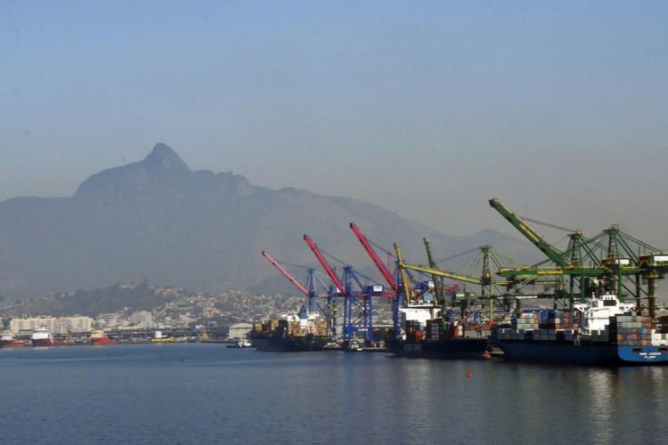 Atracação de navios no Caís do Porto do Rio de Janeiro, guindaste, container. (Foto: Tânia Rêgo/Agência Brasil)