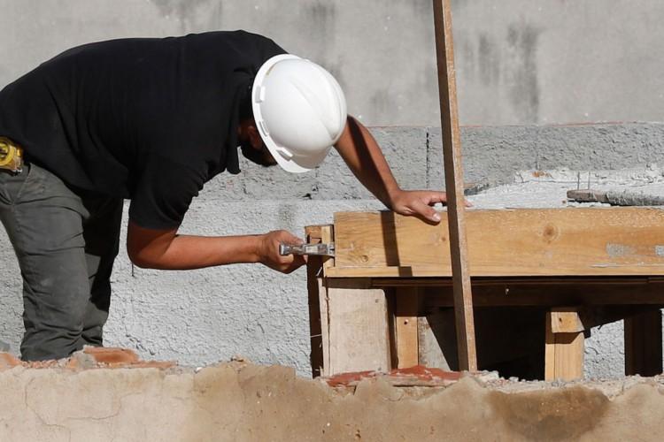 Rio de Janeiro - Trabalhadores da construção civil, operários reformam telhado de imóvel em obras no Centro do Rio. (Fernando Frazão/Agência Brasil) (Foto: Fernando Frazão/Agência Brasil)