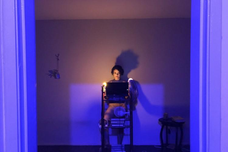 'Discurso Sobre Nada', protagonizado por Alda Pessoa, explora as realidades do confinamento  (Foto: Divulgação)