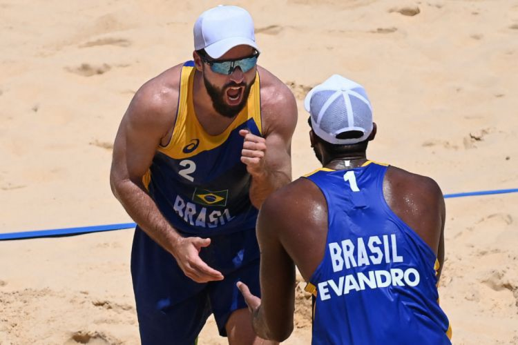 Evandro e Bruno Schmidt venceram dupla do Marrocos por 2 sets a zero na fase preliminar do vôlei de praia na Olimpíada de Tóquio (Foto: Angela WEISS / AFP)