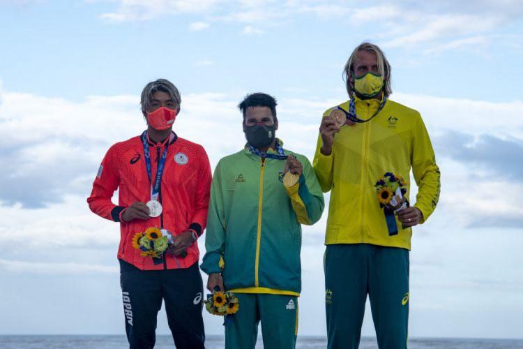 Ítalo Ferreira entre o japonês Kanoa Igarashi (prata) e o australiano Owen Wright (bronze)  (Foto: Olivier MORIN / AFP)