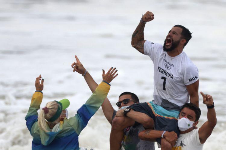 Ítalo Ferreira celebra a conquista da medalha de ouro nos Jogos Olímpicos (Foto: Yuki IWAMURA / AFP)