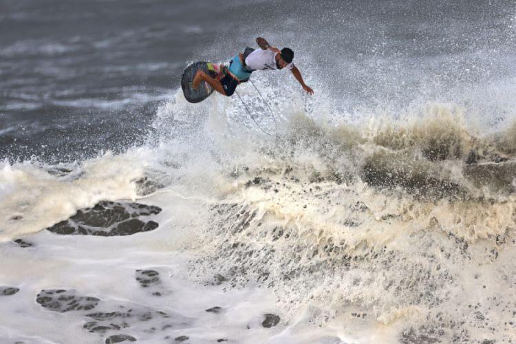 Potiguar Ítalo Ferreira deu show de surfe e conquistou a medalha de ouro na Olimpíada (Foto: Yuki IWAMURA / AFP)