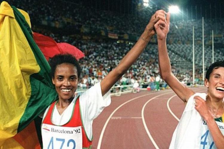 Na edição espanhola da Olimpíada, Derartu Tulu, atleta negra, da Etiópia, ganhou a medalha de ouro dos 10.000 m rasos, derrotando Elana Meyer, atleta branca, sul-africa, após Apartheid (Foto: Reprodução)