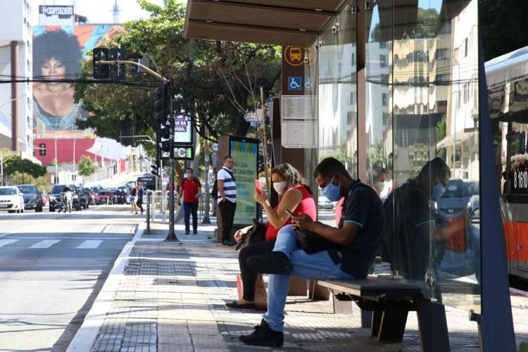 Usuários de transporte público usam máscaras de proteção contra covid-19 em ponto de ônibus na rua da Consolação (Foto: Rovena Rosa/Agência Brasil)