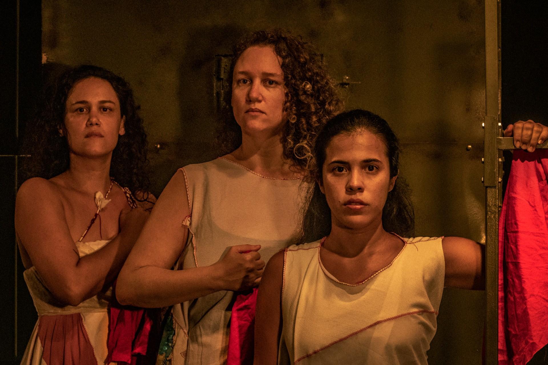 O espetáculo foi produzido a partir do relato de cearenses (Foto: Tim Oliveira/Divulgação)