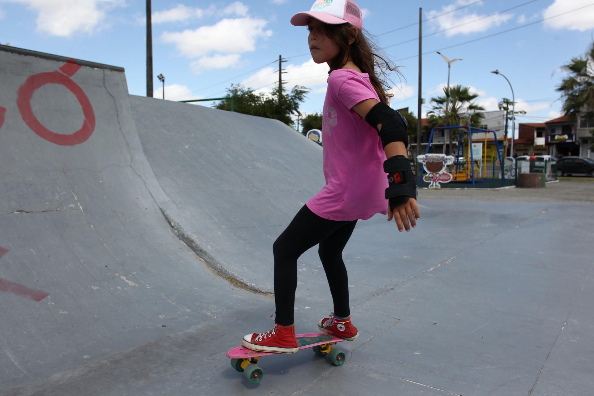 """(Foto: FABIO LIMA)Apesar de o skate ainda ser puramente diversão, Tereza Lara declara seu amor pelo esporte e diz ter sensação de liberdade: """"Eu me sinto livre, porque não preciso ficar o tempo todo em casa"""""""