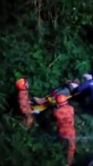 Ciclista de 60 anos caiu de uma ponte do rio Maranguapinho de cinco metros após carro invadir a ciclofaixa no Bonsucesso (Foto: Foto: Corpo de Bombeiros)