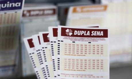 O resultado do Dupla Sena, Concurso 2254 foi divulgado hoje, quinta, 29 de julho (29/07). O prêmio está acumulado em R$ 1 milhão; saiba como apostar