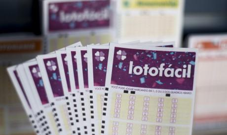 O resultado da Lotofácil Concurso 2294 foi divulgado na noite de hoje, quinta-feira, 29 de julho (29/07). O prêmio da loteria está estimado em R$ 1,5 milhão