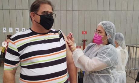 Guto Ferreira sendo vacinado