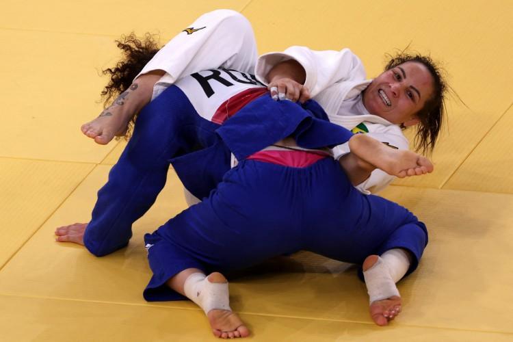 A brasileira Maria Portela (branca) e a russa Madina Taimazova durante rodada de eliminação de -70kg do judô feminino nos Jogos Olímpicos de Tóquio 2020 (Foto: Jack GUEZ / AFP)