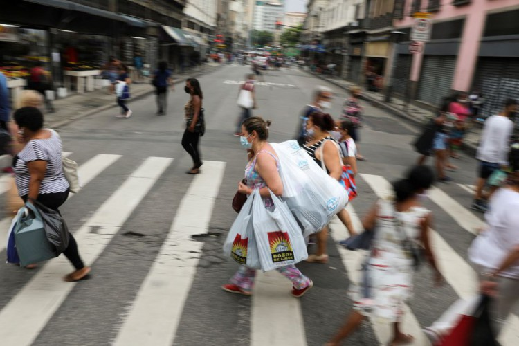 People walk in a popular shopping street before Christmas, amid the coronavirus disease (COVID-19) outbreak, in Rio de Janeiro, Brazil, December 23, 2020. REUTERS/Pilar Olivares (Foto: REUTERS/Pilar Olivares)