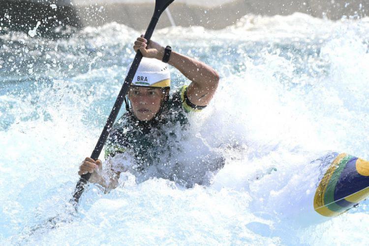 Ana Sátila teve 11º lugar na primeira bateria, mas subiu à quarta posição ao fim da disputa; ela segue para as semifinais da canoagem slalom C-1 na Olimpíada de Tóquio (Foto: Luis Acosta / AFP)