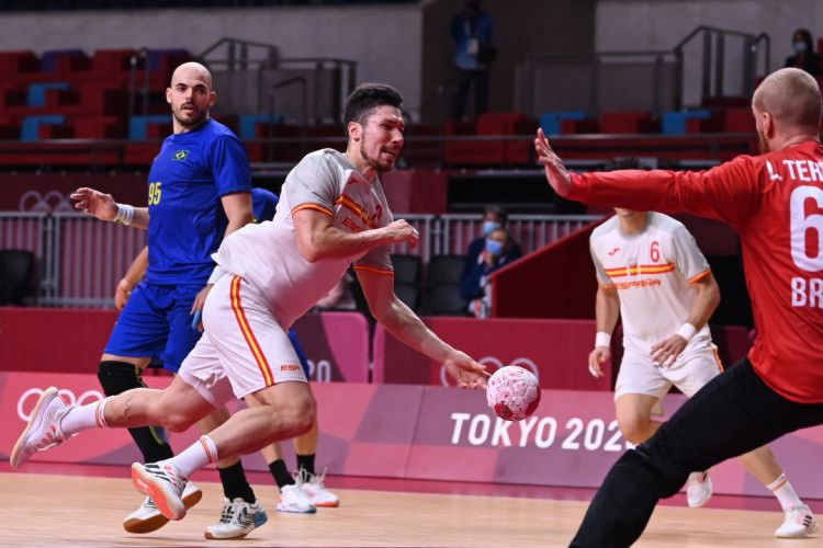 Brasil perdeu para a Espanha na terceira rodada em Tóquio (Foto: Daniel LEAL-OLIVAS / AFP)