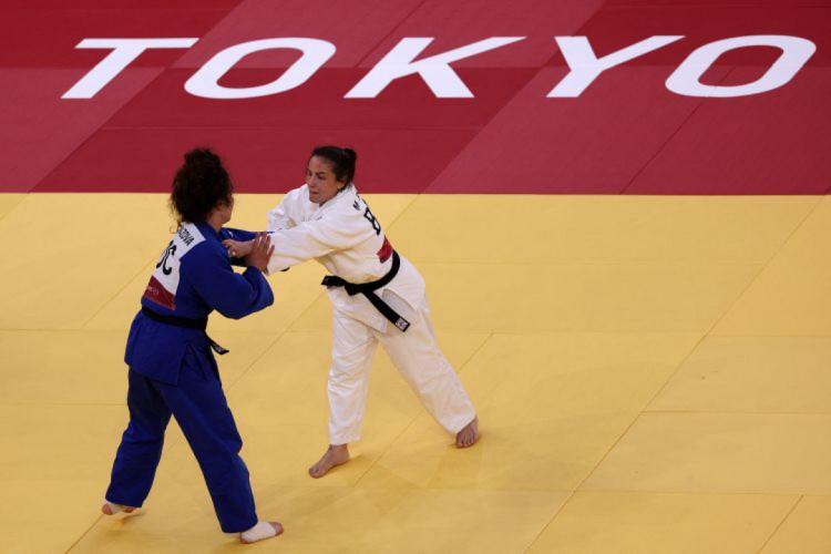 Maria Portela (quimono branco) se despediu das Olimpíadas em derrota polêmica (Foto: Jack GUEZ / AFP)