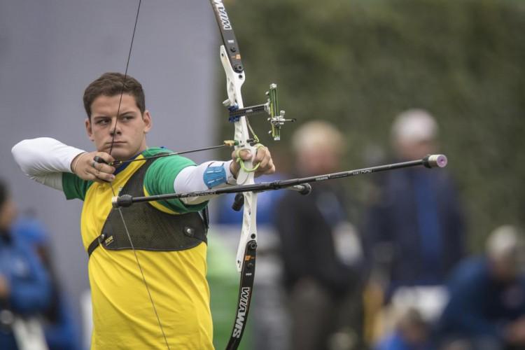 Atirador Marcus D'Almeida enfrentou o britânico Patrick Huston no tiro com arco e ganhou a primeira eliminatória por 7 a 1; brasileiro segue na categoria da Olimpíada de Tóquio (Foto: Divulgação/COB)