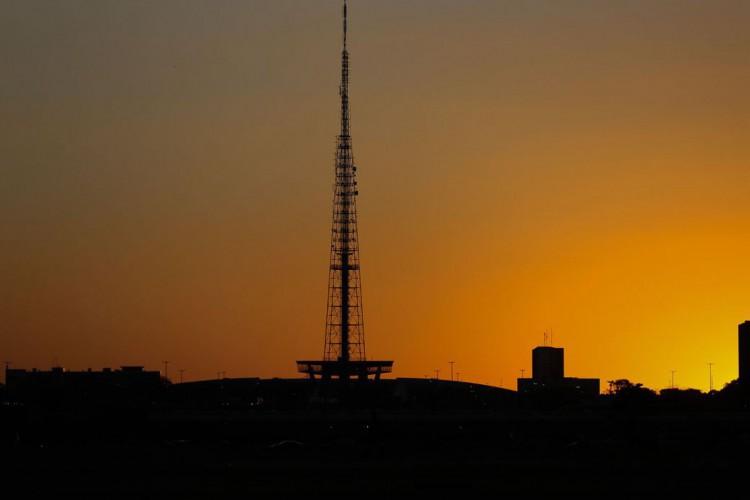 O pôr do sol ganha incríveis tons no período de seca em Brasília  (Foto: Fabio Rodrigues Pozzebom/Agência Brasil)
