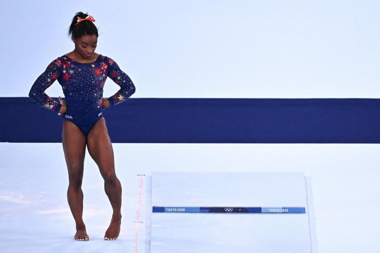 Olimpíadas de Tóquio: A ginasta Simone Biles, dos Estados Unidos, desistiu de participar das finais por equipes e da individual geral para priorizar a saúde mental dela (Lionel Bonaventure / AFP) (Foto: Lionel Bonaventure / AFP)
