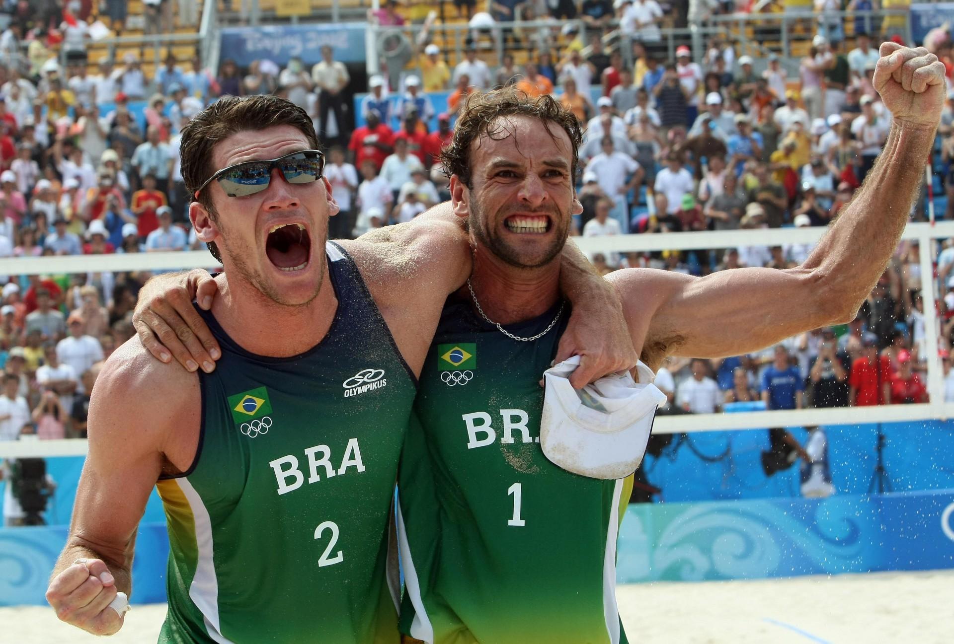 Márcio Araújo e Fabio Luiz comemoram a vitória sobre Ricardo e Emanuel durante as Olimpíadas de Pequim, em 2008 no Chaoyang Park Beach em 20/08/2008 ( AFP PHOTO / THOMAS COEX)(Foto: THOMAS COEX / AFP)
