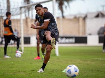 Atacante Rick com a bola em treino do Ceará na Cidade Vozão, em Itaitinga