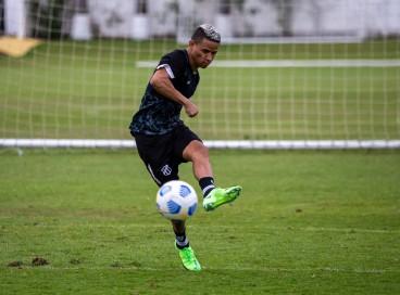 Atacante Erick com a bola em treino do Ceará na Cidade Vozão, em Itaitinga