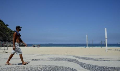 Praia do Leme, na zona sul da cidade. Rio fica com as praias vazias neste sábado(20), após decreto com restrições para evitar o avanço da Covid-19.