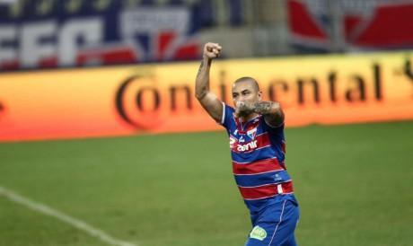 Atacante Wellington Paulista comemora gol no jogo Fortaleza x CRB, na Arena Castelão, pela Copa do Brasil