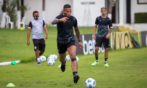 Atacante Jael com a bola em treino do Ceará na Cidade Vozão, em Itaitinga