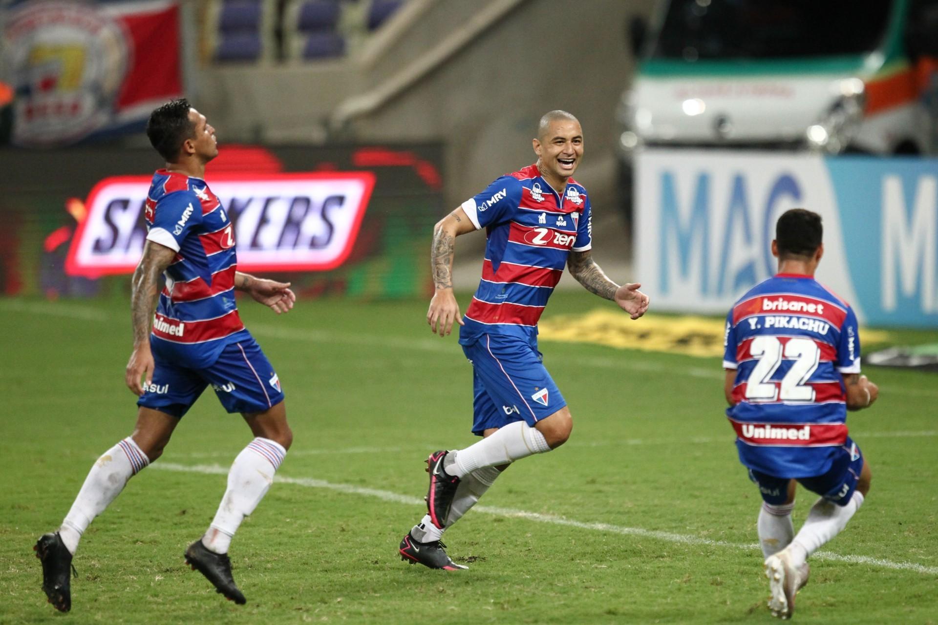 Wellington Paulista marcou os dois do Fortaleza contra o CRB (Foto: FABIO LIMA)