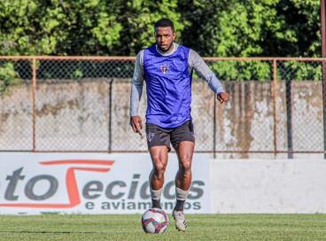 Volante Wesley Dias durante treinamento realizado no estádio Elzir Cabral.