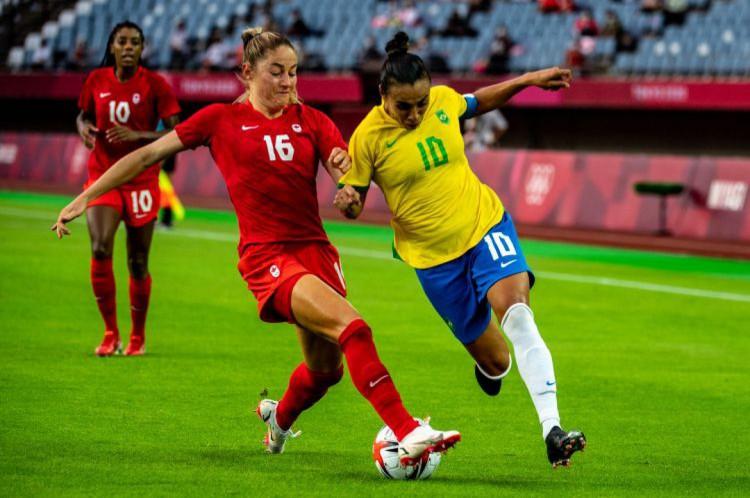 Marta tenta jogada contra a marcação da defesa do Canadá(Foto: Philip FONG / AFP)