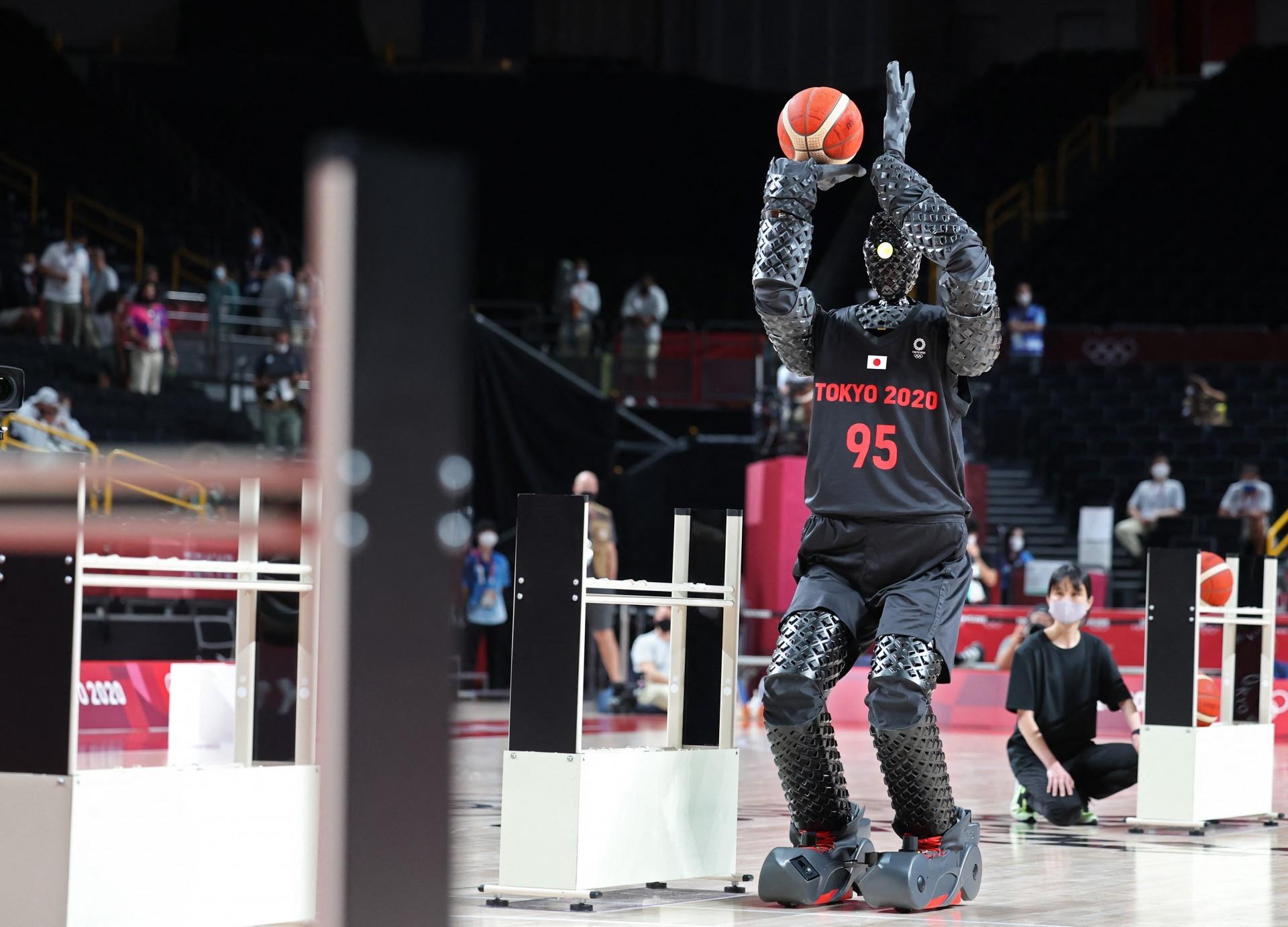 Um robô jogador de basquete chamado CUE se apresentou no intervalo do jogo entre os Estados Unidos e a França em 25 de julho de 2021, nos Jogos Olímpicos de Tóquio. A Toyota criou um robô atirador de basquete de 6 pés e 10 polegadas, que usa sensores em seu torso para avaliar a distância e o ângulo da cesta e usa braços e joelhos motorizados para executar arremessos definidos (Foto de Thomas COEX / AFP) (Foto: THOMAS COEX / AFP)