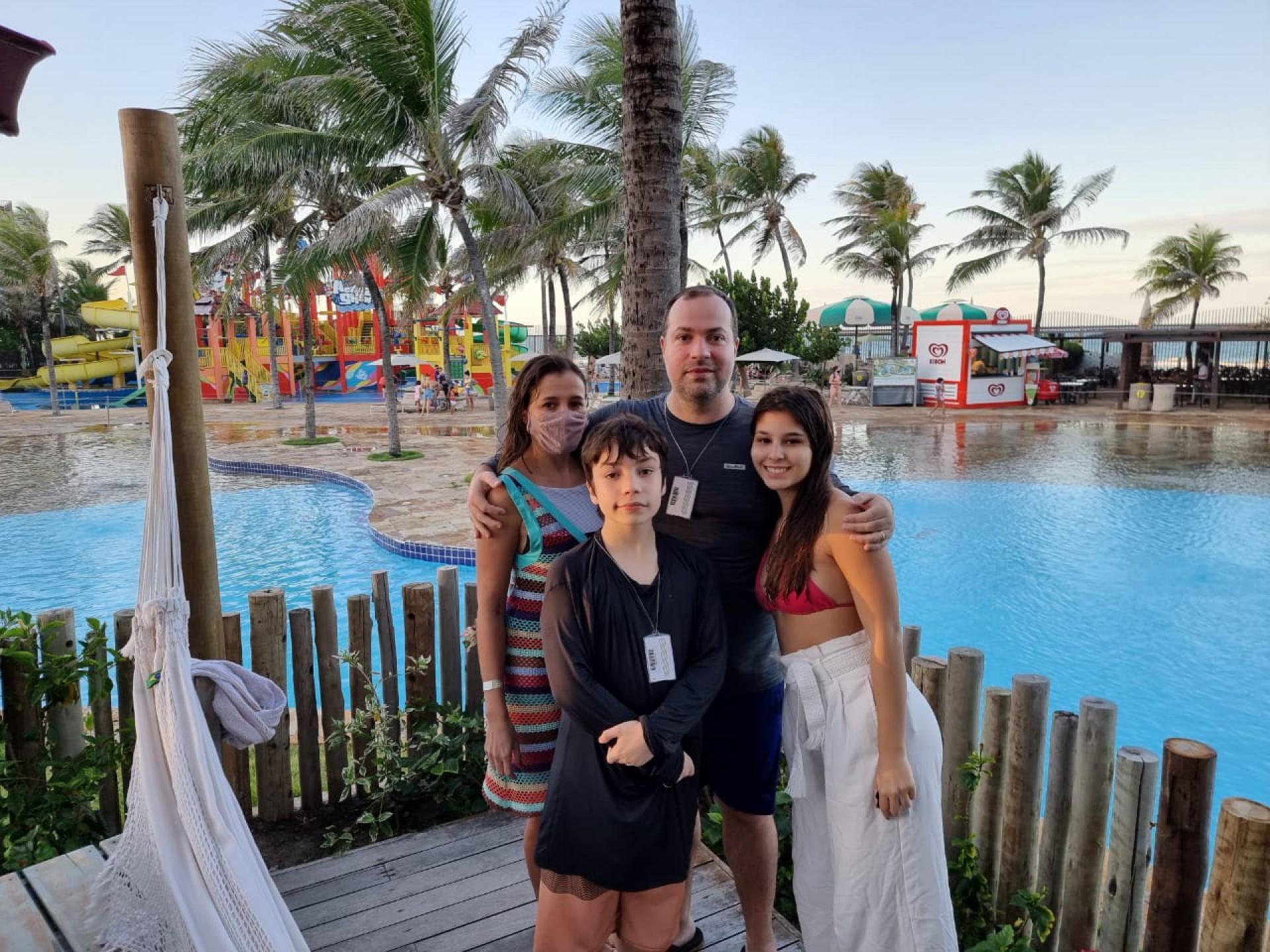 João Carlos Tavares e Gleice Nogueira de Souza aproveitaram o fim de semana para levar os herdeiros Larissa e João Filho para curtir o Beach Park, principalmente o parque Aquático, a maior atração de quem descobre o potencial de lazer e recreação do lugar (Foto: Arquivo Pessoal)