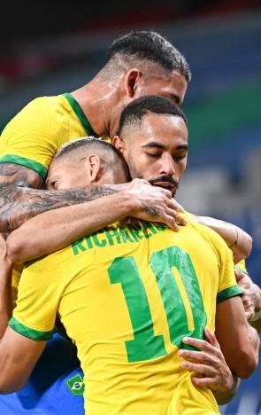 O atacante brasileiro Matheus Cunha (C-R) comemora com seus companheiros após marcar um gol durante a partida de futebol masculino dos Jogos Olímpicos de Tóquio 2020 entre Brasil e Egito, no Estádio Saitama em Saitama, em 31 de julho de 2021.(foto: Charly TRIBALLEAU / AFP)