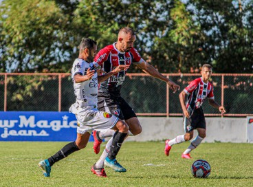 Zagueiro Vitão, do Ferroviário, em duelo diante do Botafogo-PB, pela Série C, no estádio Elzir Cabral.