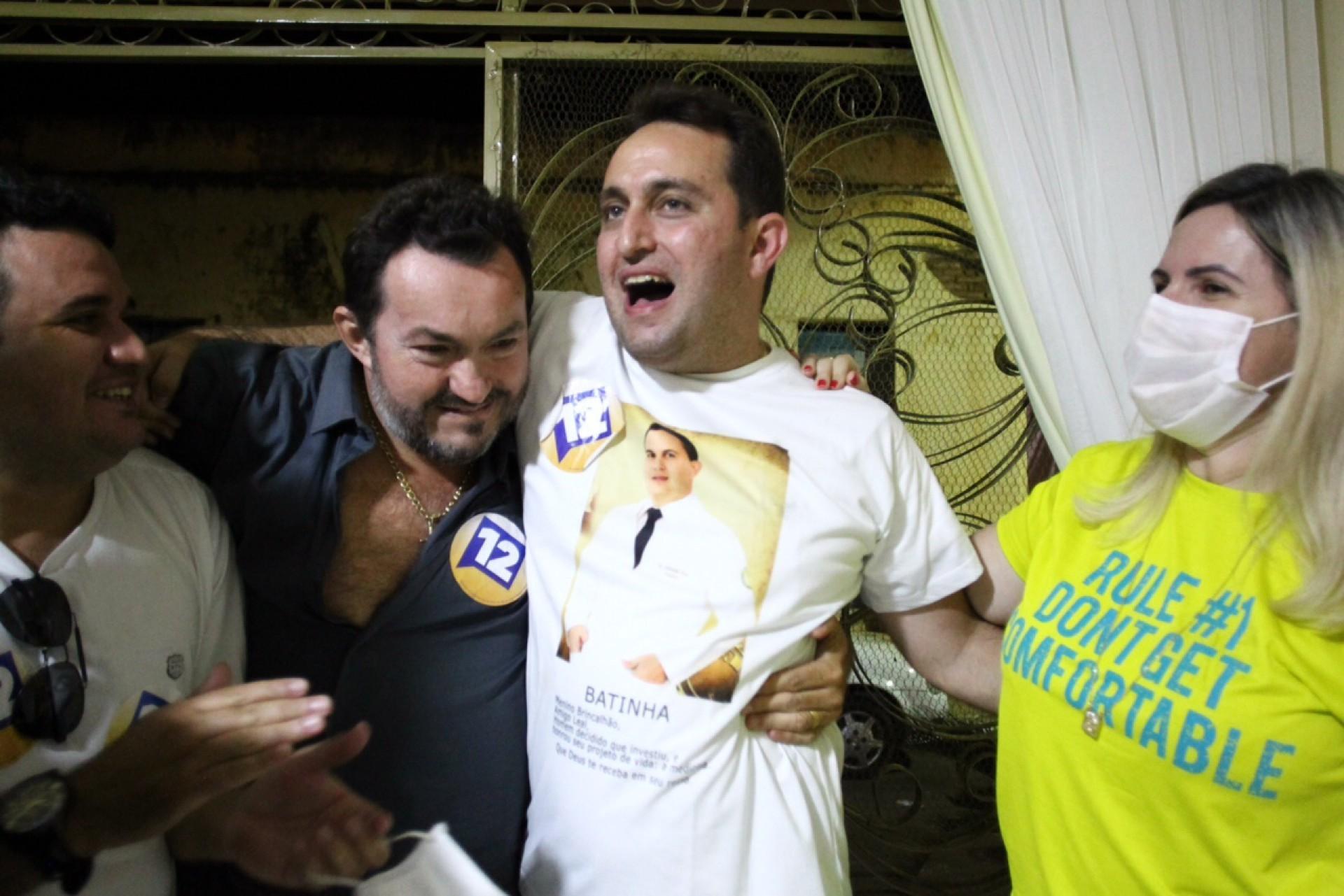 DR. LORIM (de branco, ao centro) venceu com 52,84% dos votos em Missão Velha (Foto: FABIO LIMA)