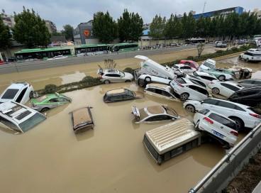Carros parados nas enchentes depois que fortes chuvas atingiram a cidade de Zhengzhou, na província chinesa de Henan.