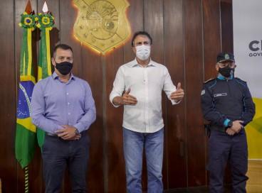 Governador do Ceará, Camilo Santana, anuncia a publicação do edital. Também estiveram presentes o titular da Secretaria da Segurança Pública e Defesa Social (SSPDS), Sandro Caron, e do coronel comandante geral da PMCE, Márcio Oliveira