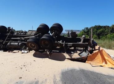 O caminhão levava farelo de trigo e causou interdição no km 16 da BR-116
