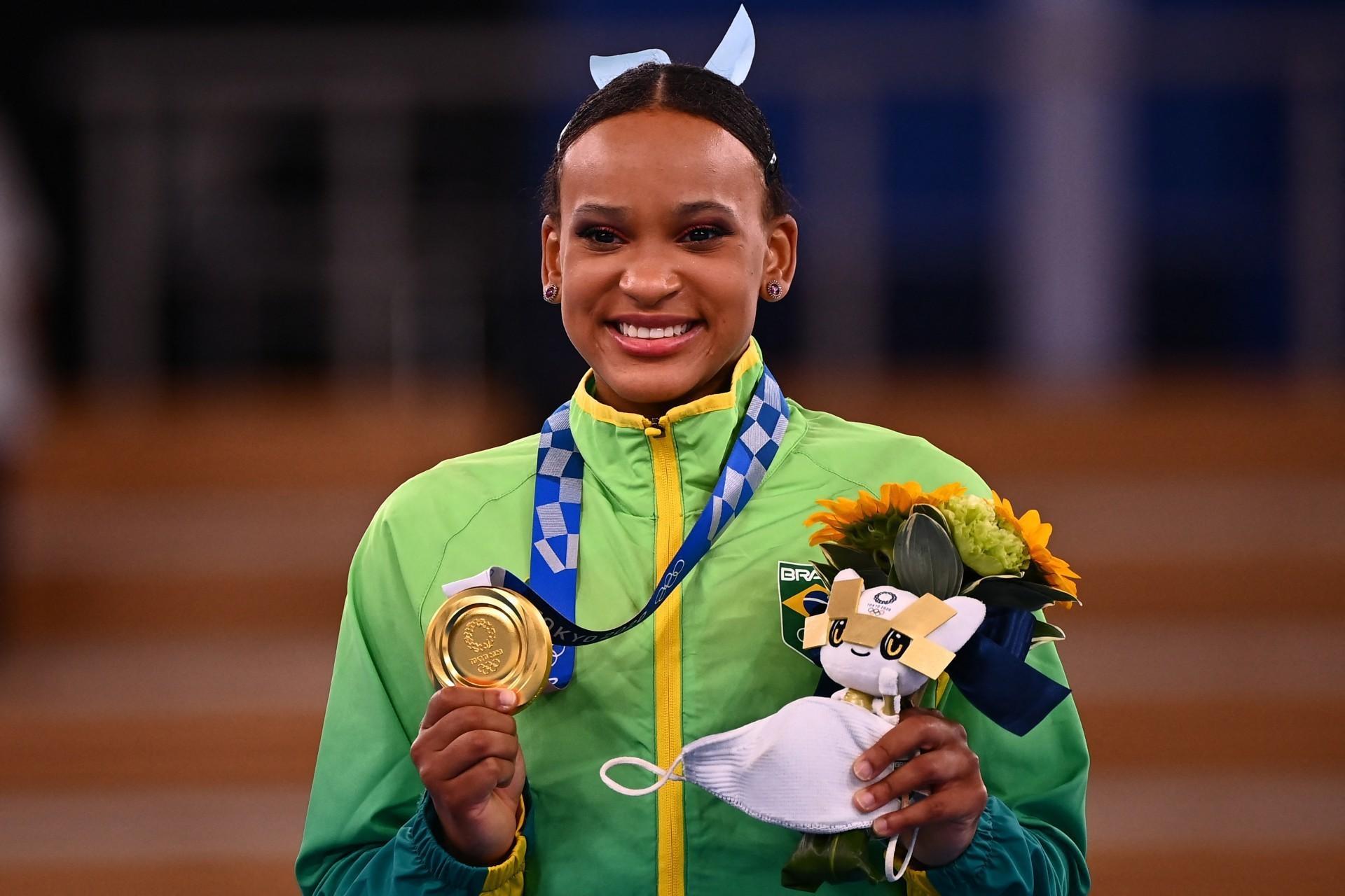 Após sucesso olímpico, Rebeca Andrade busca medalha no mundial